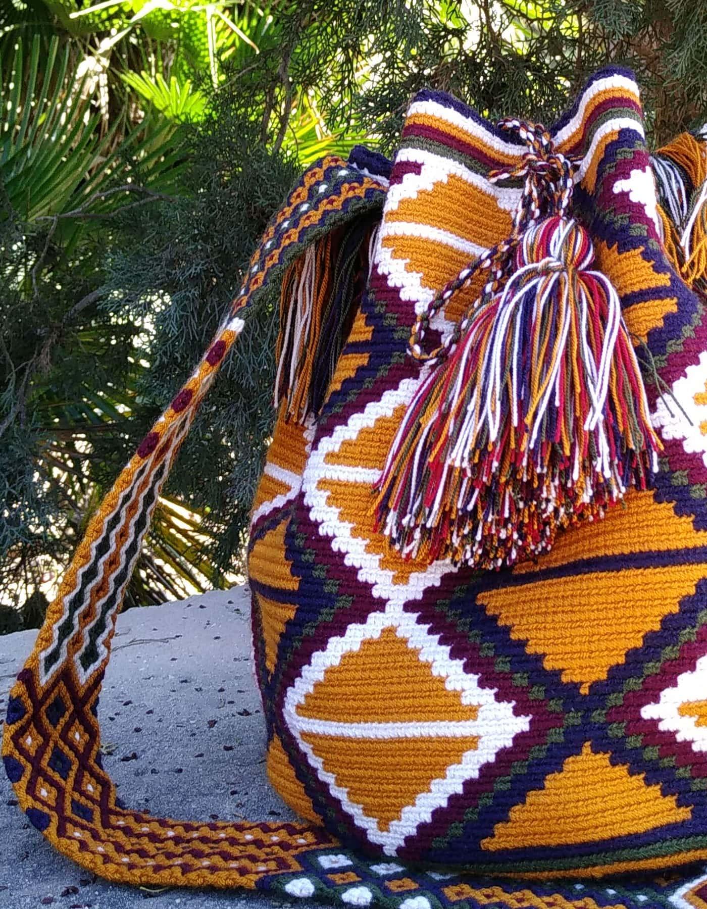 Bolso Wayuu Artesanal, Auténtico y Original (sólo 1 igual) con motivos tribales en marrón anaranjado, azul, verde, morado y blanco