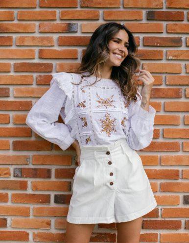 Pantalón corto blanco o amarillo con bolsillos traseros y laterales más cierre abotonado Batiche-C