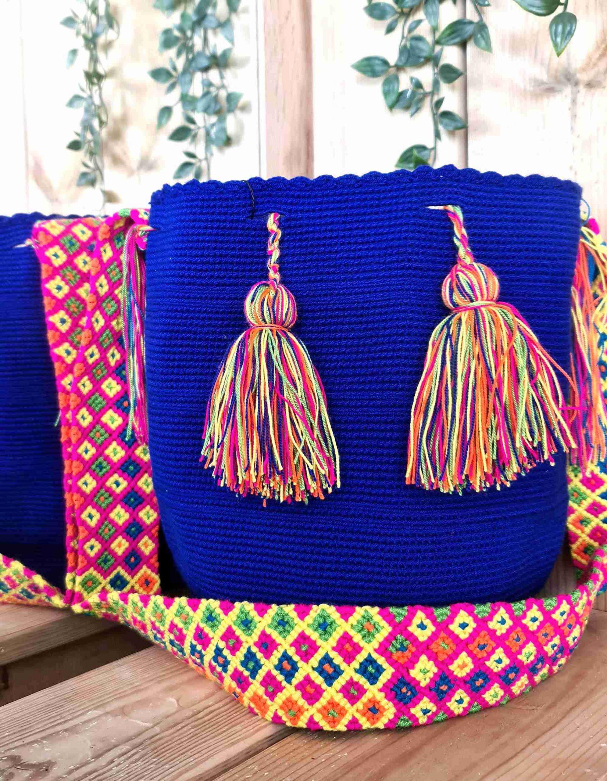 Bolso Wayuu Original Auténtico (sólo 1 igual), color azul oscuro con correa naranja, amarillo, azul y rojo.